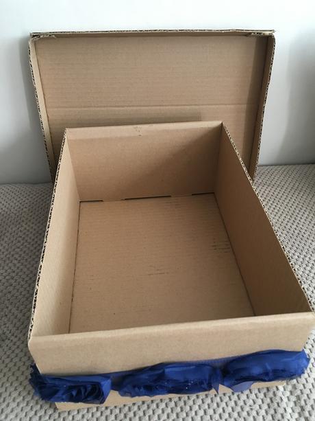 Krabice / pokladnice, nazdobená modrou stuhou,