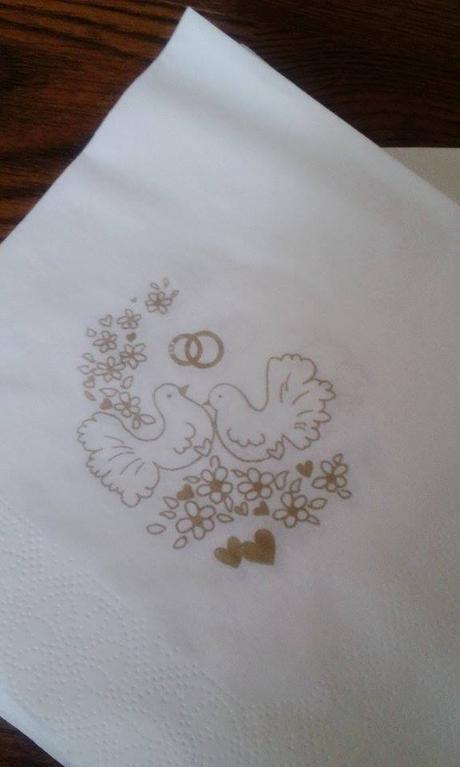 Bílé ubrousky s holubičkami,