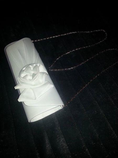satenovo biela kabelka,