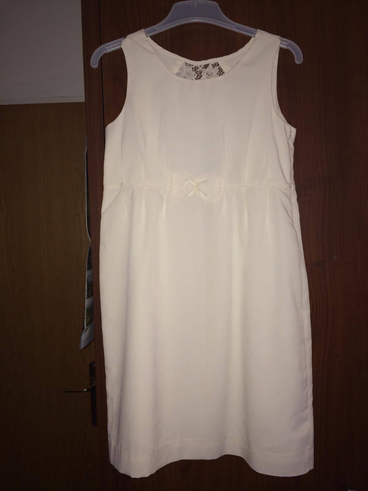 8c828701aea Bílé šaty s kraječkou na zádech