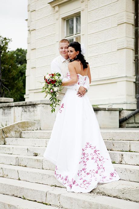 331cdf5d3 Netradičné svadobné šaty s bordovou výšivkou, 38 - 130 € | Svadobný ...