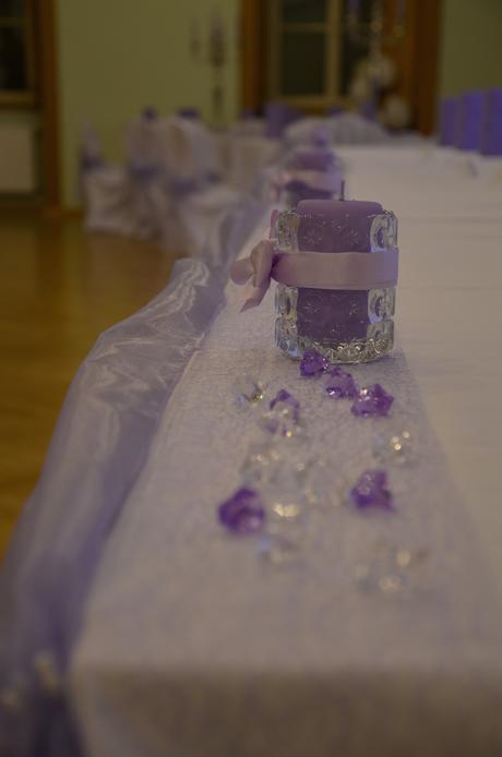dekorácie a doplnky fialovej farby,