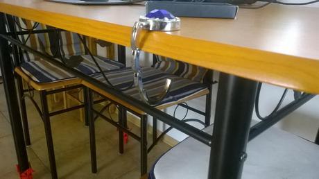 háčik na tašku na stôl ,