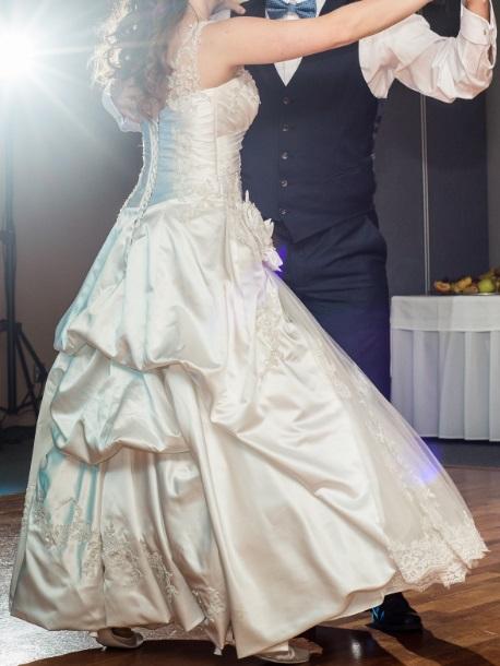 Svadobné šaty na ramienkach, 38