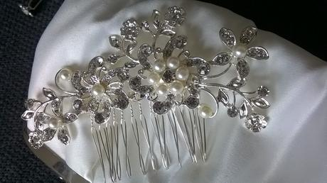 ozdobný hrebienok pre nevestu s perličkami kvetmi,