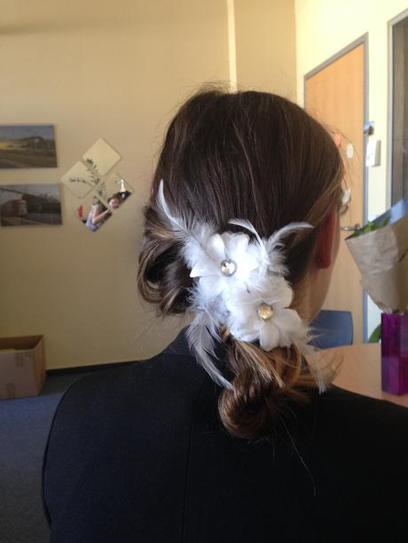 Spony do vlasů s bílými květinkami a peříčky,