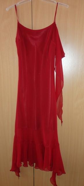 Vínově červené šaty, 36
