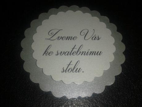Šedostříbrnobílé pozvánky ke svatebnímu stolu,