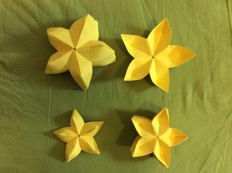 Žluté papírové květy jako dekorace,