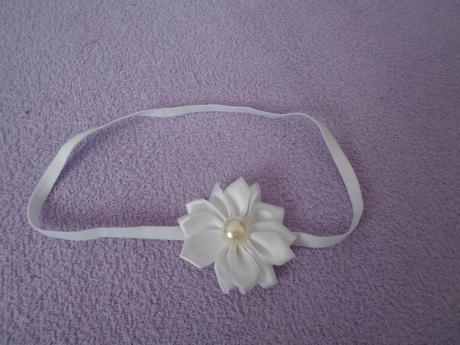 Bílá elastická čelenka s kytičkou, 62