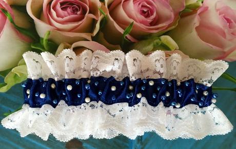 Luxusní krajkový bílomodrý podvazek s perličkami, M