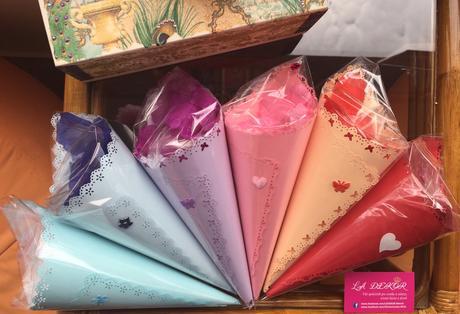 Okvětní plátky růži fialové v ozdobném kornoutku,