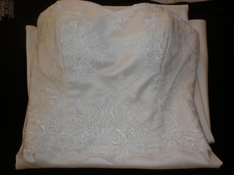 Elegantní jednoduché šaty pro drobnější nevěstu, 36