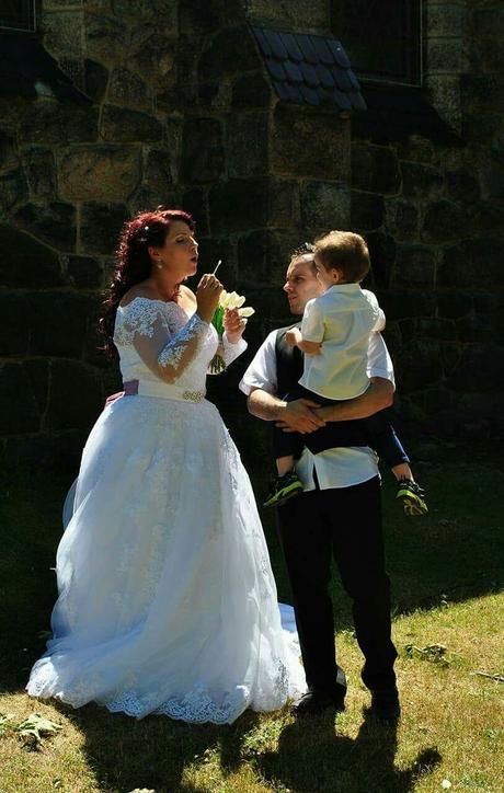 Svatební šaty zdobené krajkou, 48