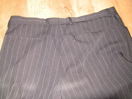 čierny oblek s bielymi pásikmi, 52