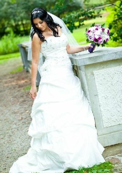 Svatební šaty ručně vyšívané, 38