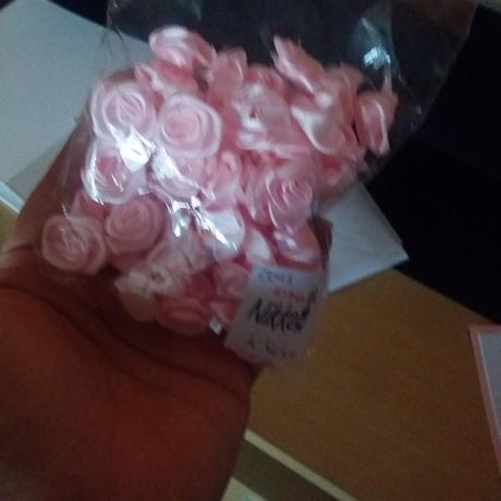 komplet výzdoby z růžovo-šedivo-bílé svatby,