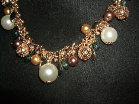 Nahrdelnik s perlami a kamienkami,