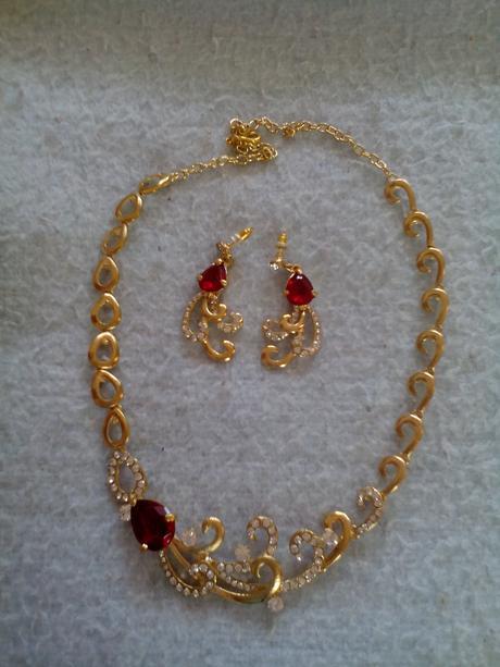 Zlaty set s cervenymi kamienkami,