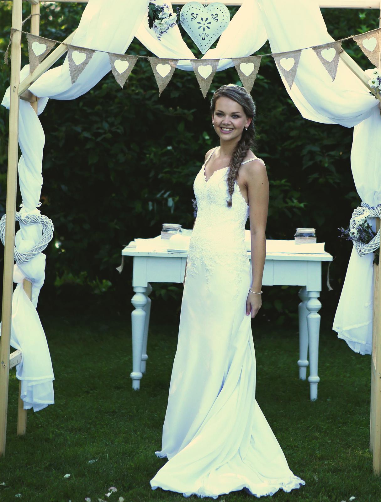 Svatební šaty šité na míru v jednoduchém stylu 58a9329a21