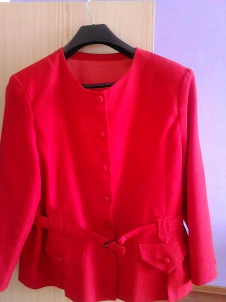 Červený kostým, 50