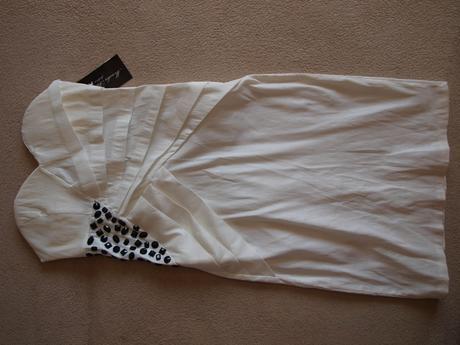 Biele šaty s čiernym zdobením, 34