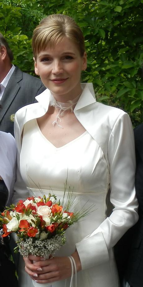 Krémové šaty s výstřihem na zádech a bolerko, 36