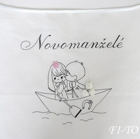Bryndák pro novomanžele na loďce,