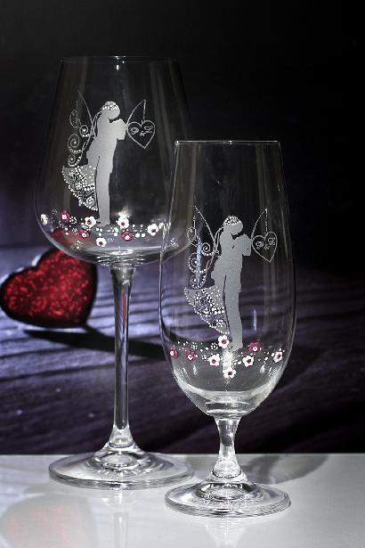 Svatební sklenice v náručí,