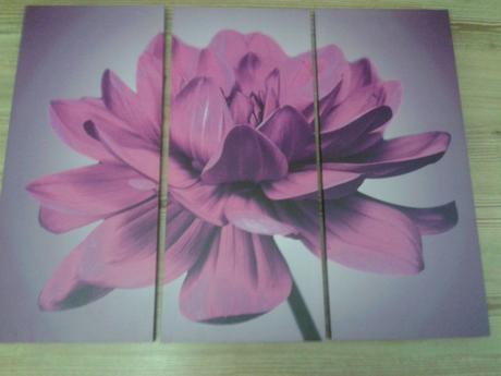 Obraz veľkého kvetu na fialovom podklade,