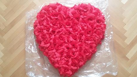 Cervene srdce na kapotu z ruzi,