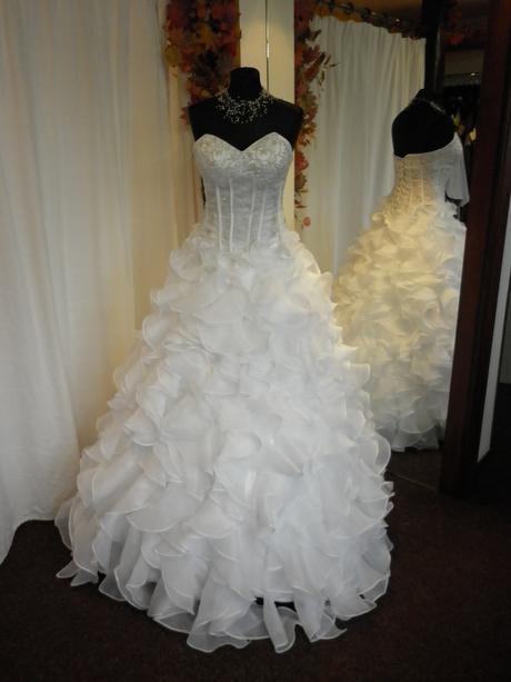 Bohaté volánkové svat. šaty vel. 36-42, barva bílá, 38