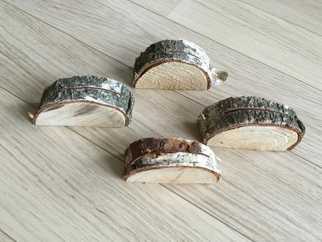 Dřevěný stojánek na jmenovky pro svatební hosty,