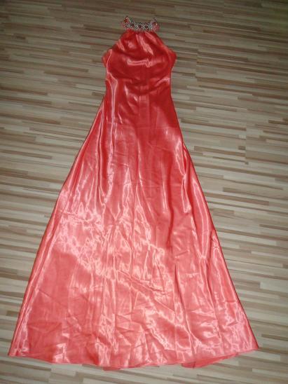 Lososvé šaty, 36
