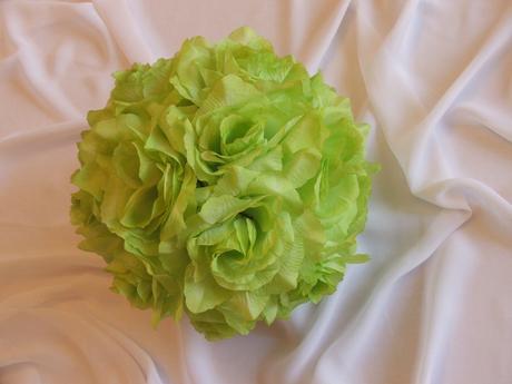 Kvetinová guľa z bielych ruží,