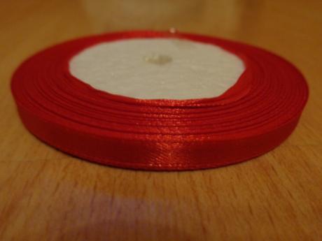 saténová stuha na pierka červená,