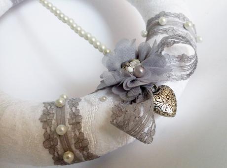 Věneček na zavěšení - elegantní šedá s perlami,
