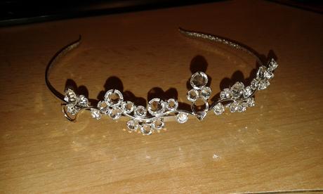 Jemná korunka s průhlednými krystaly,