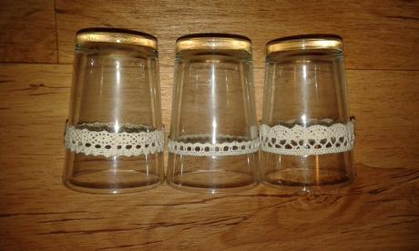Skleničky (vázičky/svícínky) s krémovou krajkou,