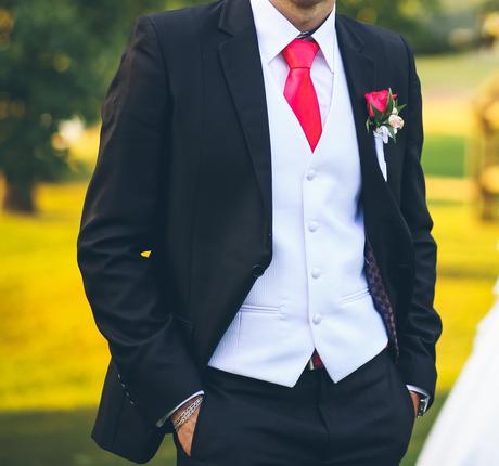 Biela svadobná vesta s kravatou., 48