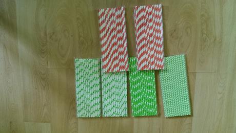 barevná papírová brčka,