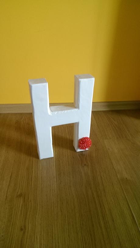 bílá písmena H a J,