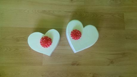 dvě menší dřevěná srdce,