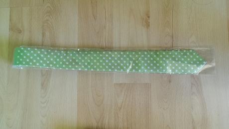 zelená kravata široká s bílými puntíky,