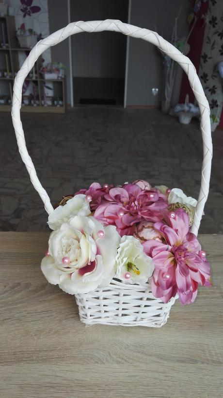 Ikebana v ratanovom košiku ,