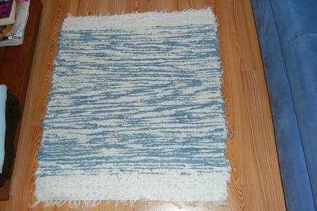 Rucne tkany prijemny modro biely kobercek,