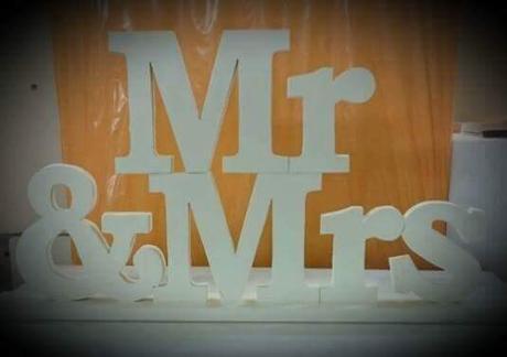 Mr & Mrs z dreva na hlavny stol,