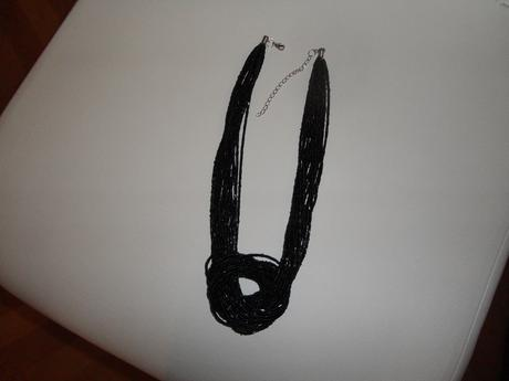 Společenský náhrdelník z černých korálků,