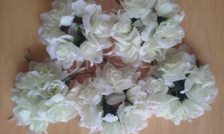 Věnečky kolem svíček a květy k dekoraci,