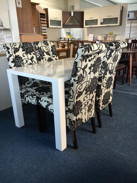 Biely lesklý jedálenský stôl so stoličkami,